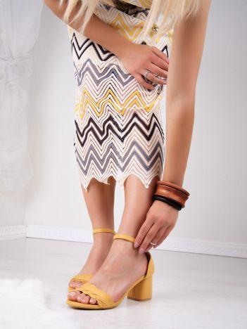 Żółte sandały na niskim asymetrycznym klocku z zapięciem na kostkach