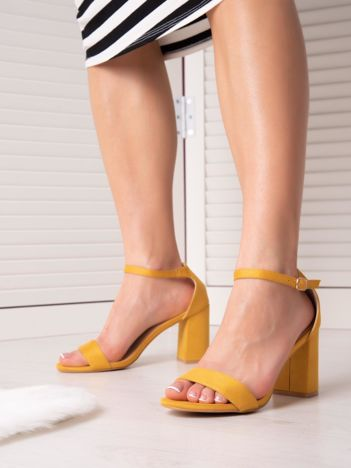 Żółte sandały z eco zamszu na wysokim asymetrycznym słupku