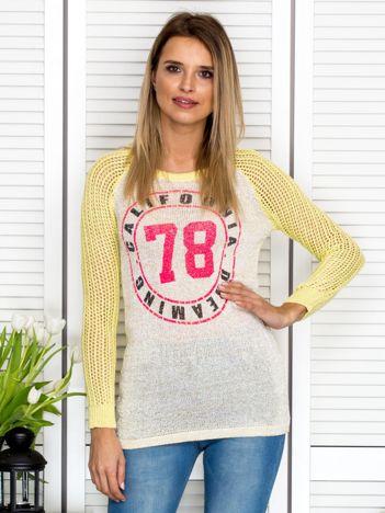 Żółty ażurowy sweter z błyszczącą nitką
