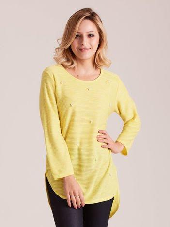 Żółty sweter z perełkami