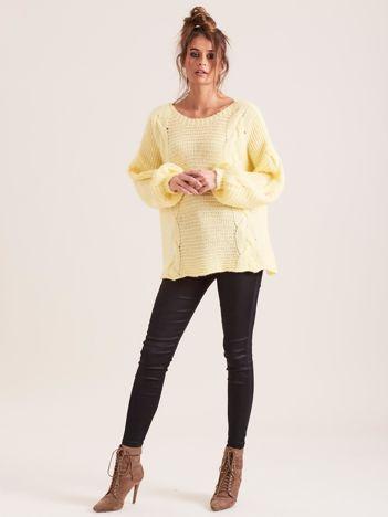 Żółty sweter z warkoczami