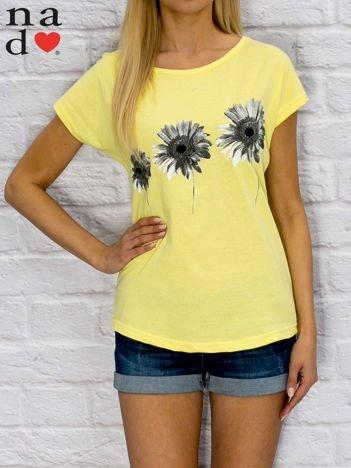 Żółty t-shirt z nadrukiem kwiatów