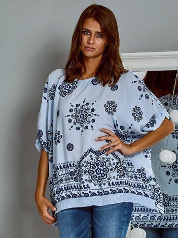 Zwiewna bluzka oversize z folkowym wzorem niebieska