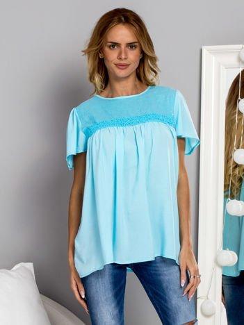 Zwiewna bluzka z cekinowym dekoltem niebieski