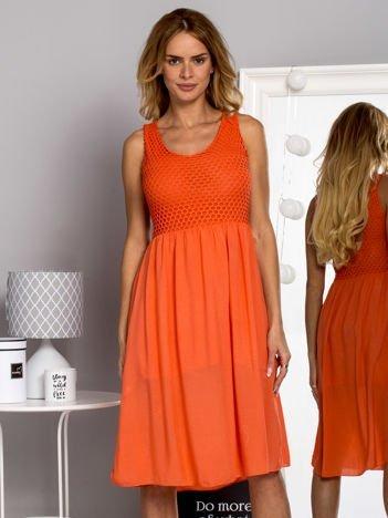 Zwiewna sukienka letnia z ozdobną siateczką koralowa