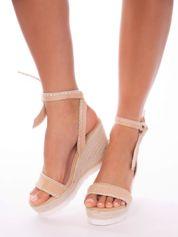 Beżowe sandały z eco zamszu z ozdobnymi obszyciami, wiązane na boku