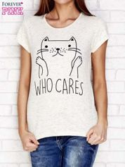 Beżowy t-shirt z napisem WHO CARES