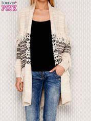 Beżowy wzorzysty sweter z frędzlami