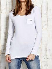 Biała bluzka ze sznurowaniem na ramionach