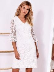 Biała koronkowa sukienka z szerokimi rękawami