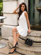 Biała sukienka z falbaną i wiązaniem na plecach
