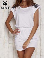 Biała sukienka z nadrukiem na ramionach