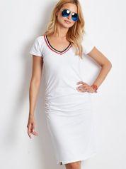Biała sukienka z wykończeniem tricolor