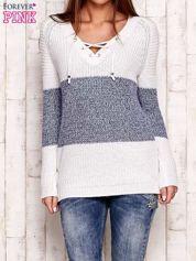 Biało-niebieski sweter z wiązaniem przy dekolcie