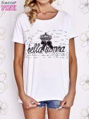 Biały t-shirt z ozdobnym napisem i kokardą