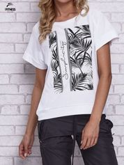 Biały t-shirt z palmowym nadrukiem