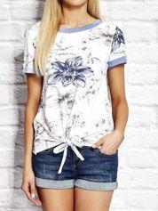 Biały wiązany t-shirt z kwiatowym nadrukiem