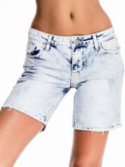 Błękitne jeansowe szorty z dłuższą nogawką
