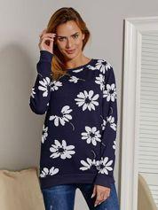 Bluza damska w kontrastowe kwiaty granatowa
