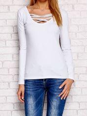 Bluzka z długim rękawem i paskami przy dekolcie biała
