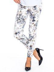 Brązowe spodnie slim fit w kwiaty