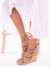 Camelowe sandały na koturnach z lakierowanymi paskami tłoczonymi w skórę węża, sznurowane wokół kostki