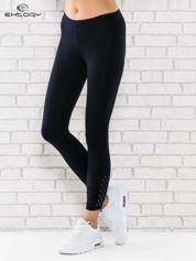 Ciemnogranatowe legginsy sportowe z dżetami na dole nogawki