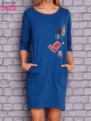 Ciemnoniebieska sukienka z naszywkami