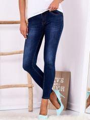 Ciemnoniebieskie spodnie jeansowe z aplikacją na kieszeniach