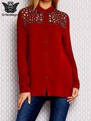 Ciemnopomarańczowa koszula z ażurowym dekoltem i aplikacją