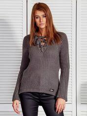Ciemnoszary sweter ze sznurowanym dekoltem