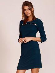 Ciemnozielona sukienka z aplikacją z perełek