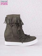 Ciemnozielone zamszowe botki sneakersy na ukrytym koturnie z frędzlami