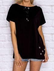 Czarna bluzka z wiązaniem przy dekolcie i kieszenią