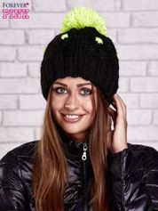 Czarna czapka z neonowym pomponem