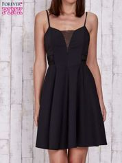 Czarna rozkloszowana sukienka z tiulowym dekoltem