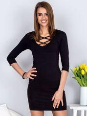 Czarna sukienka z cienkimi paseczkami przy dekolcie
