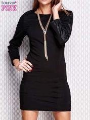 Czarna sukienka ze skórzanymi wstawkami na rękawach