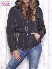 Czarna zimowa kurtka z futrzanym kapturem i paskiem