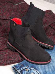 Czarne botki damskie z czerwoną lamówką na traktorowej podeszwie