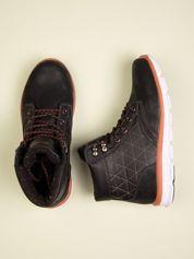 Czarne buty sportowe z czerwonymi skórzanymi wstawkami