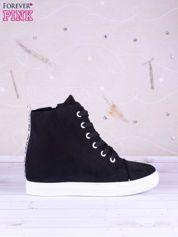Czarne gładkie sneakersy z napisem i białą podeszwą materiał zamsz