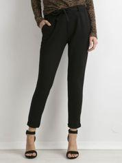 Czarne materiałowe spodnie z paskiem