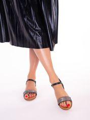 Czarne sandały na płaskim obcasie, z mieniącym się paskiem na przodzie