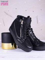 Czarne sneakersy zapinane na suwak z ozdobnymi cyrkoniami po boku cholewki