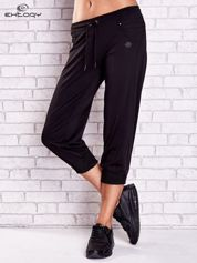 Czarne spodnie capri z haftowanymi wstawkami PLUS SIZE