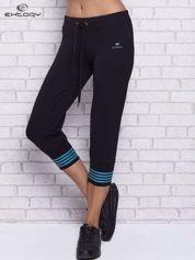 Czarne spodnie capri z motywem pasków na nogawkach