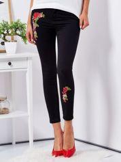 Czarne spodnie skinny z naszywkami
