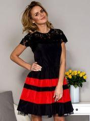 Czarno-czerwona sukienka ze spódnicą w pasy