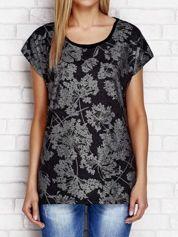 Czarny t-shirt z nadrukiem i koronkową wstawką na plecach